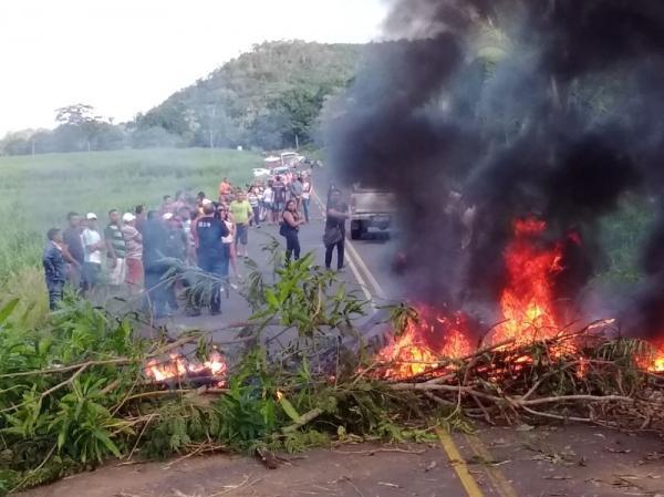 Trânsito na PI-112 foi bloqueado por barricada feita pelos moradores. (Foto: Reprodução/Portal Clique União)