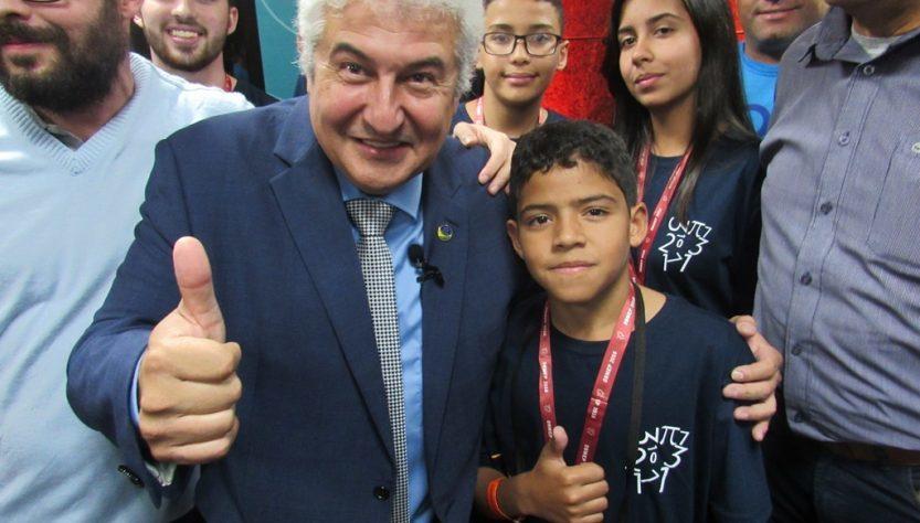 Na foto ministro da Ciência, Tecnologia, Inovações e Comunicações, Marcos Pontes e Aluno Igor Gabriel