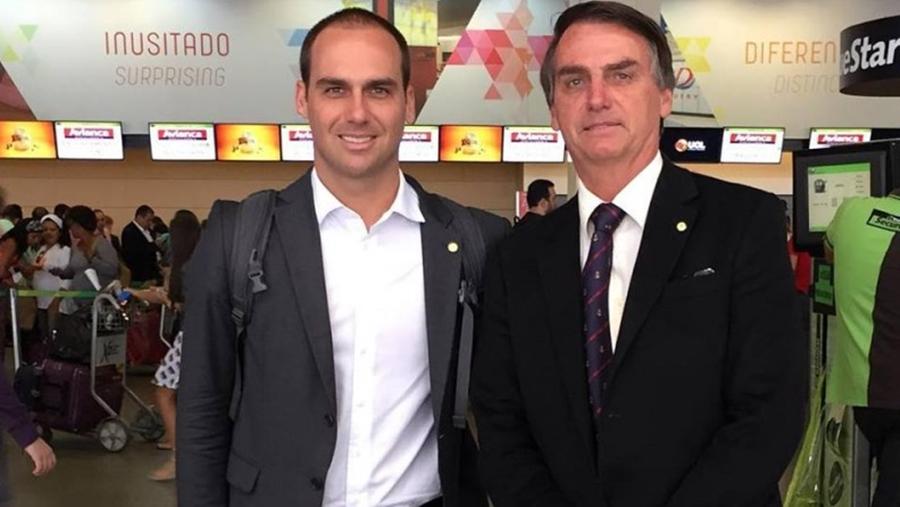 Eduardo Bolsonaro e Jair Bolsonaro (FOTO: Reprodução/Facebook)