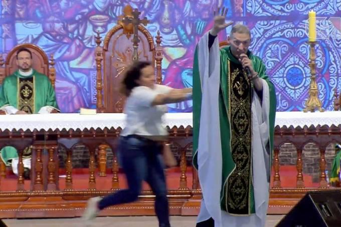 Mulher empurrou padre durante missa na Canção Nova (Canção Nova/Reprodução)